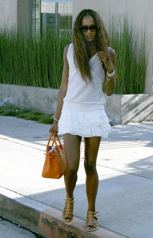 Naomi Campbell vlastní kabelku zhotovenou z aligátoří kůže.