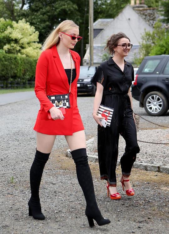 Sophie Turner zpětně zkritizovala model, který oblékla na svatbu přátel. Na snímku s herečkou Maisie Williams (vpravo).
