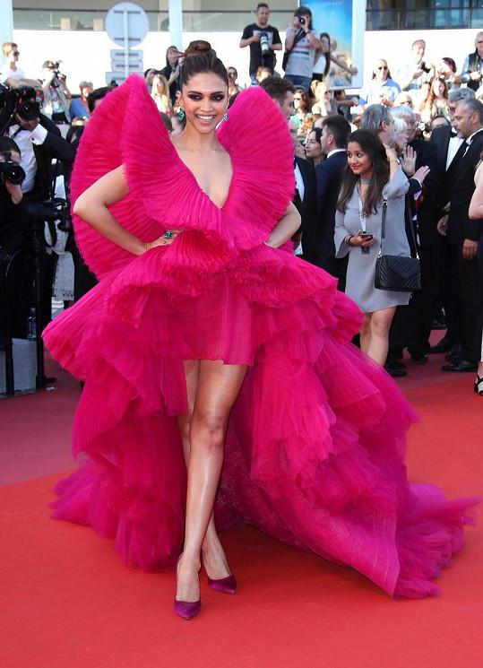 Festival v Cannes si takovou parádu, jako jsou tyto tylové šaty, od Ashi Studio, zaslouží.