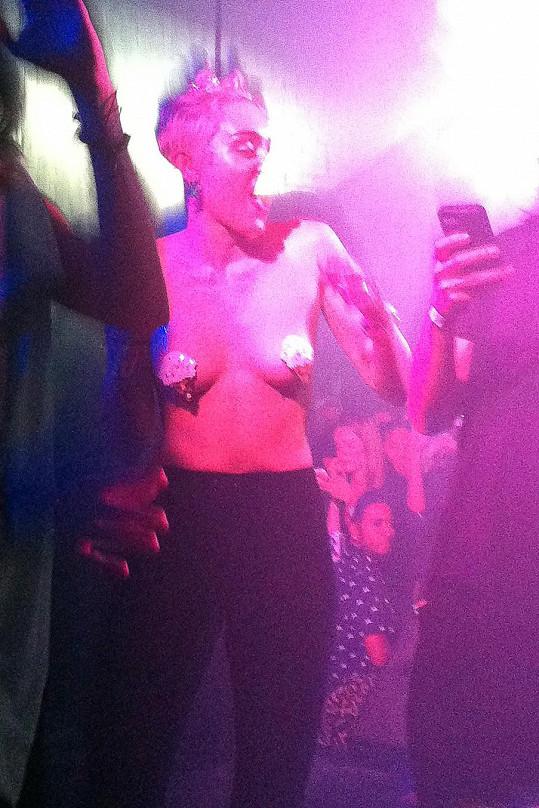 Takhle Miley o víkendu řádila v nočním podniku v New Yorku.
