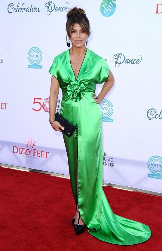 Zelené šaty zvýraznily její štíhlou postavu.