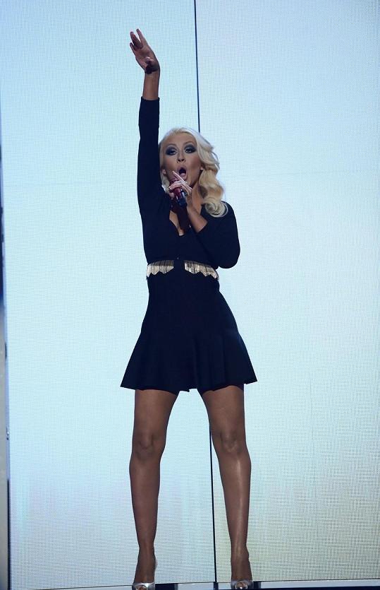 Christina Aguilera v neděli předvedla, jak jí to bez pár kilogramů nadváhy sluší.