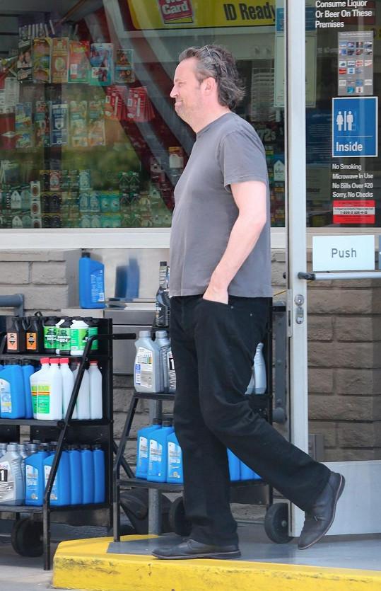 Herec o víkendu tankoval u benzínky v Malibu.