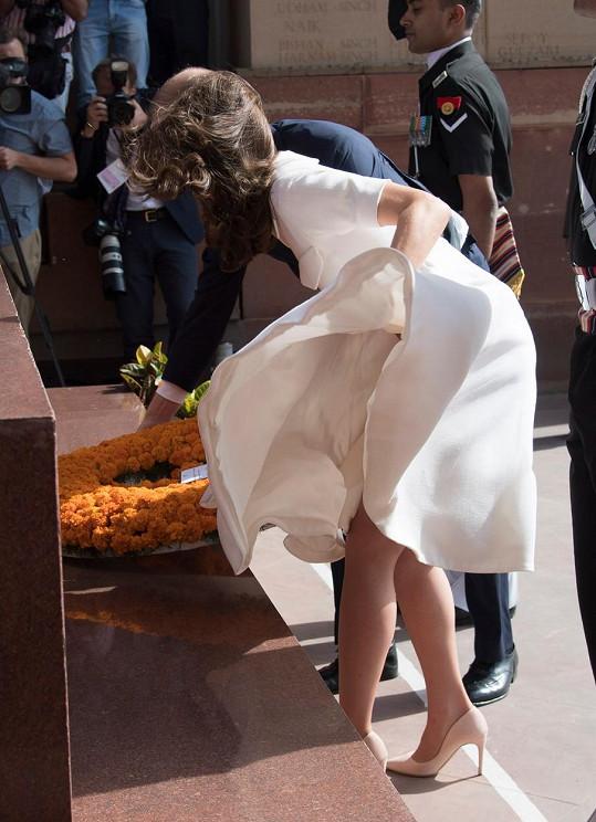 I letos vévodkyni několikrát pozlobil vítr... Zde konkrétně během oficiální cesty po Indii.