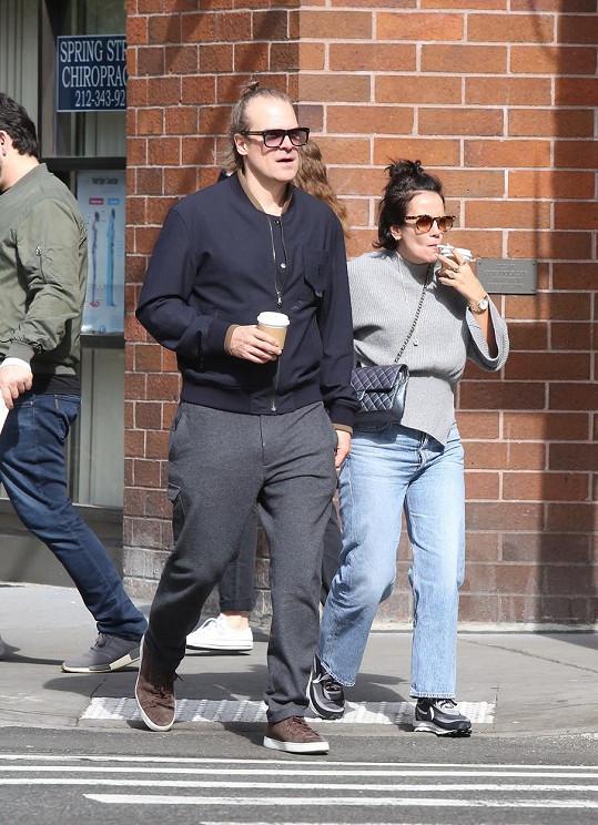 Společně se procházeli ulicemi New Yorku.