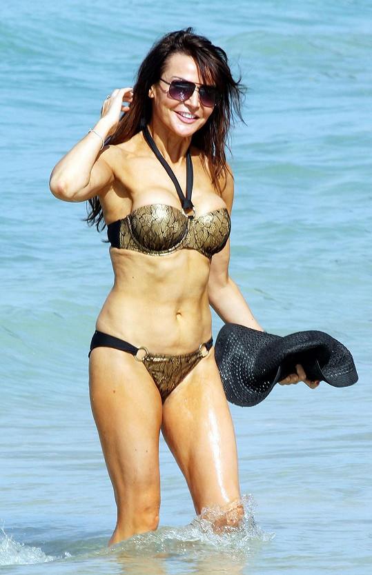 Britská moderátorka se producírovala po pláži v sexy bikinách.