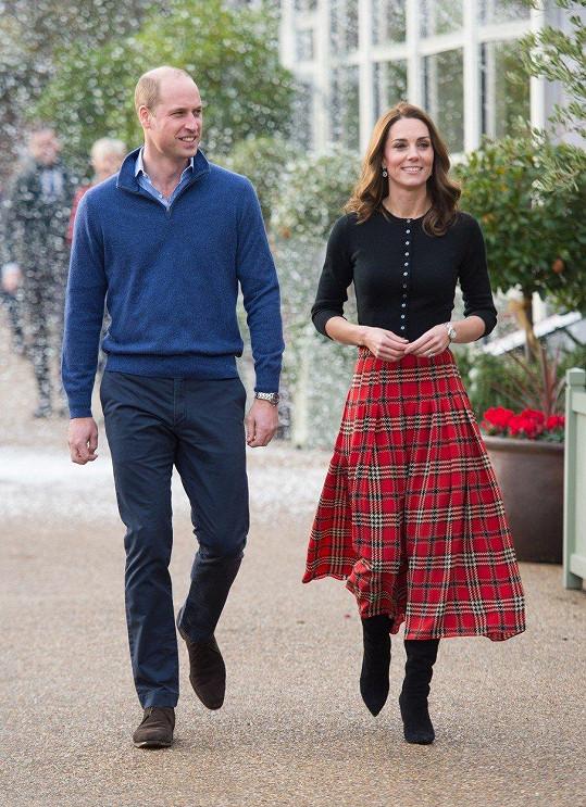 Kate ve vzorované sukni zvýraznila svůj útlý pas.