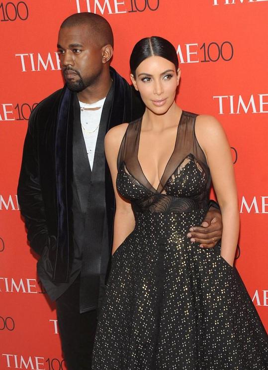 Kanye West se na Twitteru ostře pustil do manželky Kim Kardashian.