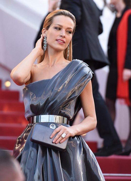 Okouzlující byla ale například i v těchto metalických šatech.