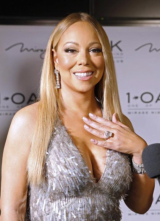 Prsten za čtvrt miliardy vždy ráda ukáže.