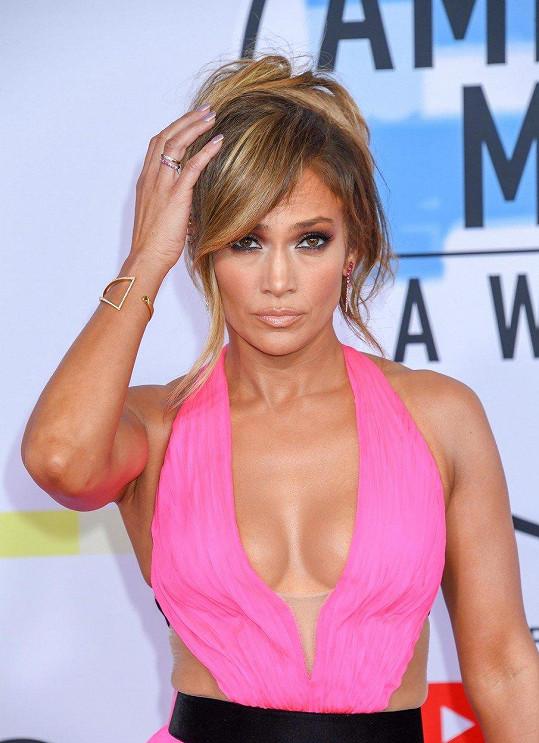 Jennifer Lopez vypadá minimálně o deset let mladší.