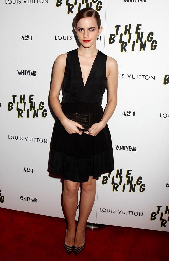 Emma Watson byla v krátkých černých šatech kouzelná.