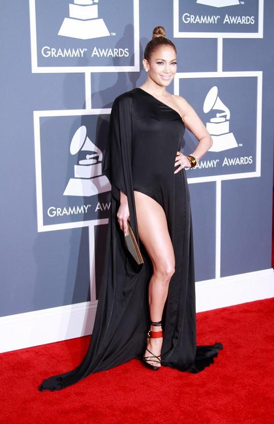 Jennifer Lopez v sexy šatech na cenách Grammy.