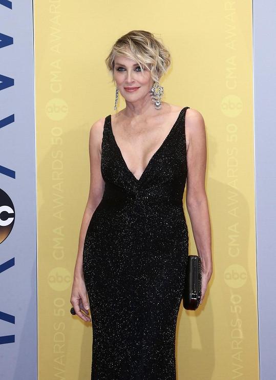 Sharon Stone vypadá i před šedesátkou skvěle.
