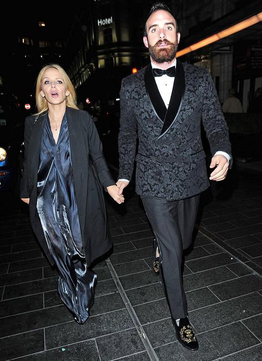Kylie Minogue a Joshua Sasse