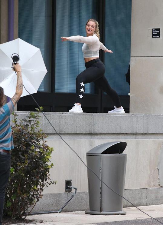Jejím velkým koníčkem je jóga, pro fanoušky natáčí i motivační videa.
