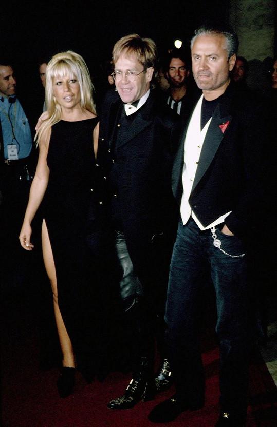 Donatella na snímku z roku 1993 s Eltonem Johnem a zesnulým bratrem Giannim Versacem