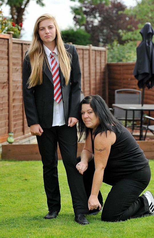 Annalise Wilks měla prý příliš těsné kalhoty u uniformy. Její matka si to nemyslí.