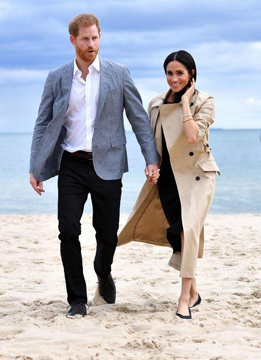 Meghan a Harry se prošli po pláži.