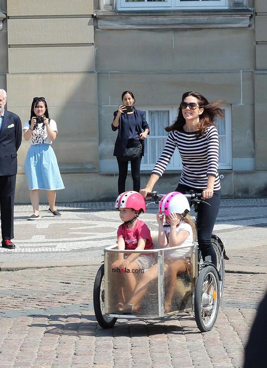 Princezna Mary na projížďce okolo paláce se svými dvojčaty.