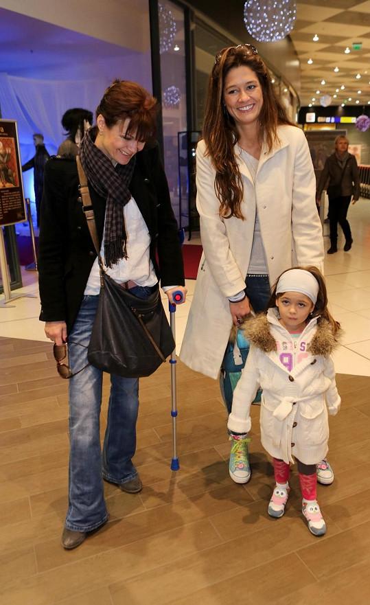 Zastavila se na kus řeči s Petrou Faltýnovou, která dorazila s dcerou.