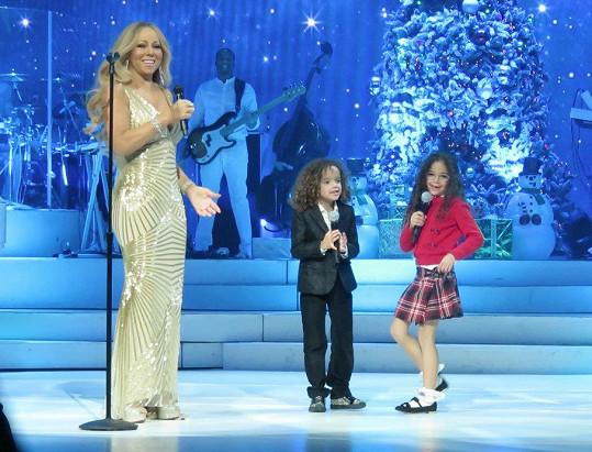 Zpěvačka na předvánoční koncert přizvala svá šestiletá dvojčata Morrocana a Monroe.