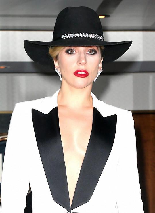Je to vůbec ta samá bláznivá Lady Gaga?
