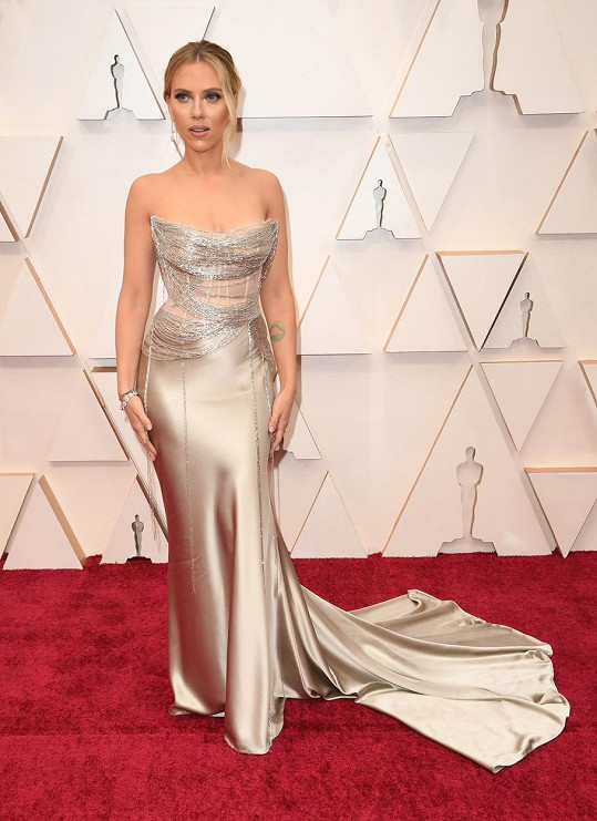 Oblečená neoblečená Scarlett Johansson v modelu Oscar de la Renta