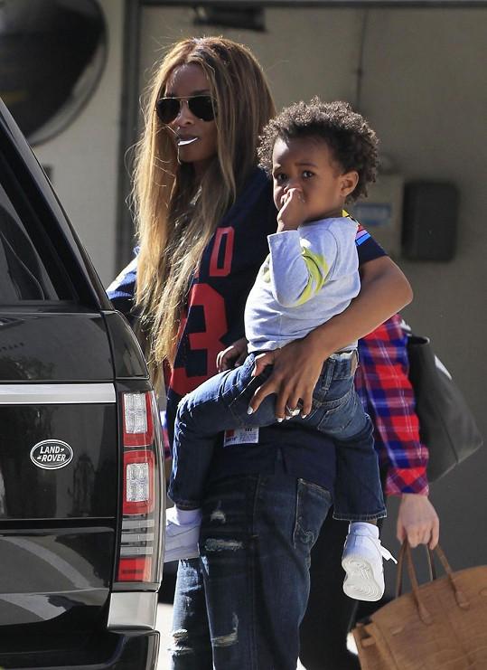 Ciara Princess Harris se synem Futurem už zpět v Los Angeles. Na její drobné ručce působí prsten obrovsky.