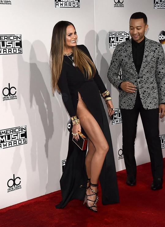 John Legend by měl na oblékání své rozverné manželky lépe dohlížet.