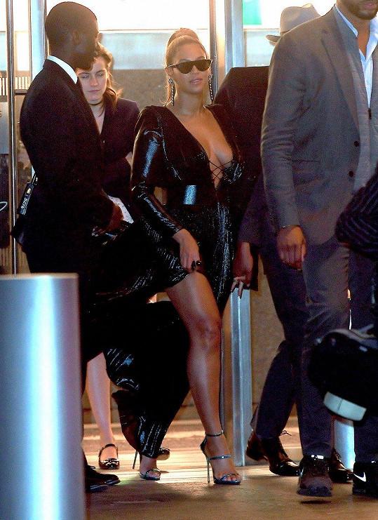 Na párty, kam šla s také s manželem, si pro změnu oblékla tyto odvážné šaty.