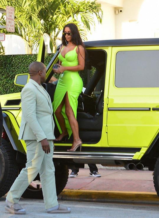 Zamilovala si neonový Mercedes.
