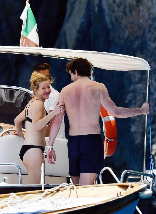 A týká se to i britské zpěvačky Ellie Goulding, která si užívá dovolenou se svým milým, o šest let mladším sportovcem Casparem Joplingem.