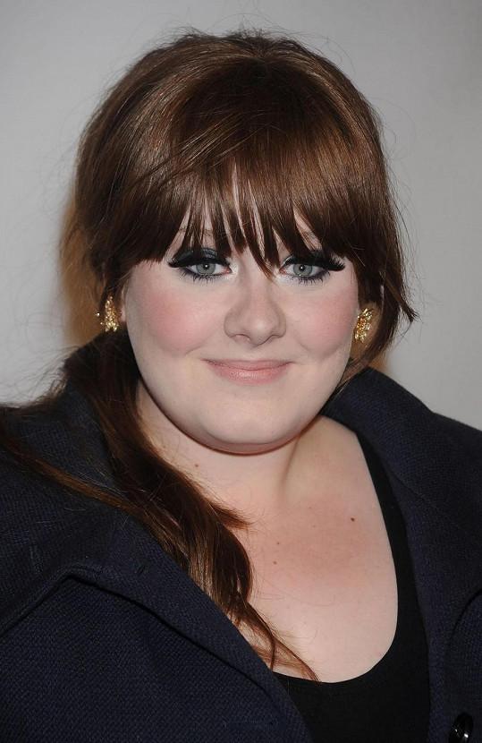 V roce 2008 měla Adele kulatou tvář.