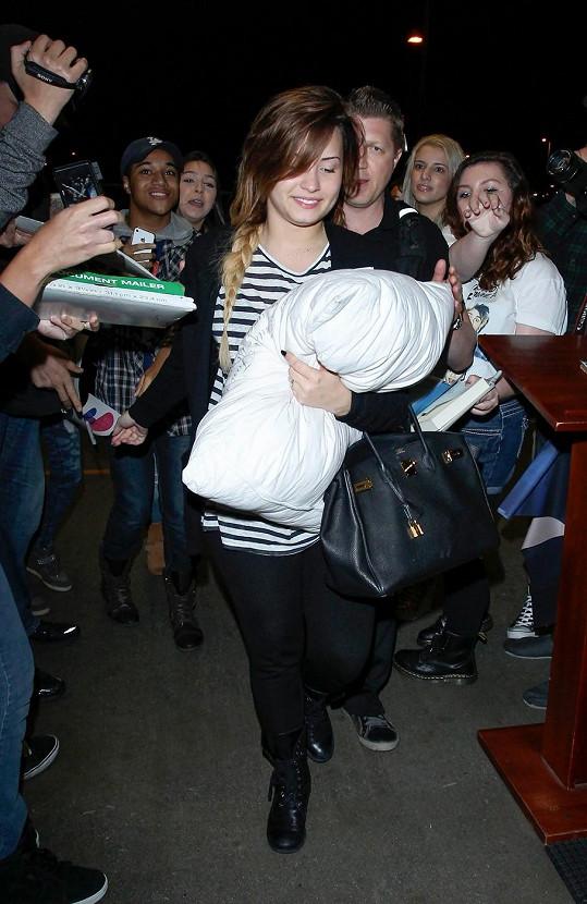 Demi na letišti v Los Angeles zasypali fanoušci.