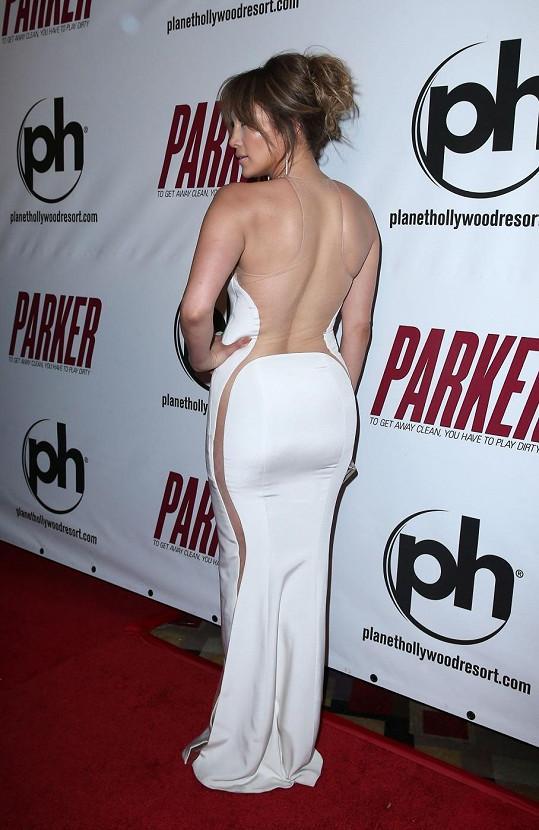 Originálně střižené šaty na Jennifer každý obdivoval.