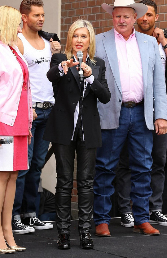Herečka a zpěvačka dorazila stylově v kožených kalhotách.