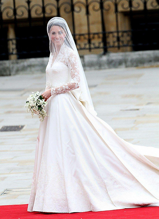 Kate oblékla šaty značky Alexander McQueen.