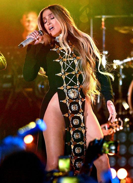 Pod tento outfit si Jennifer Lopez ani nemohla vzít prádlo.