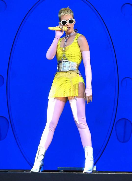 Barevné ladění show bylo však pro oči chvílemi až bolavé. V davu by se vám Katy ale rozhodně neztratila.