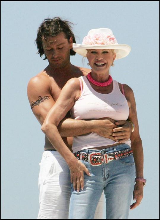 Takhle vypadala, když v Saint Tropez trávila dovolenou se svým o 23 let mladším exmanželem a nyní milencem Rossanem Rubicondim v roce 2005.