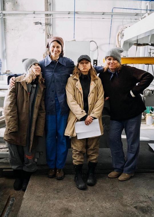 Dáša Zázvůrková (druhá zleva) natočila klip s kamarádkami (zleva) Kateřinou Kairou Hrachovcovou, Vandou Hybnerovou a Jitkou Sedláčkovou.