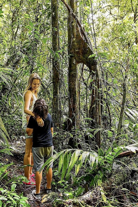 Helena s dětmi cestuje po světě a vše, co je zajímá, jim ukazuje v reálu.