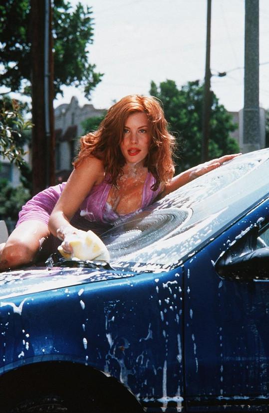 Liv Tyler ve filmu Začalo to jedné žhavé noci (2001).