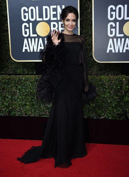Angelina Jolie dorazila stejně jako většina dam v černých šatech.