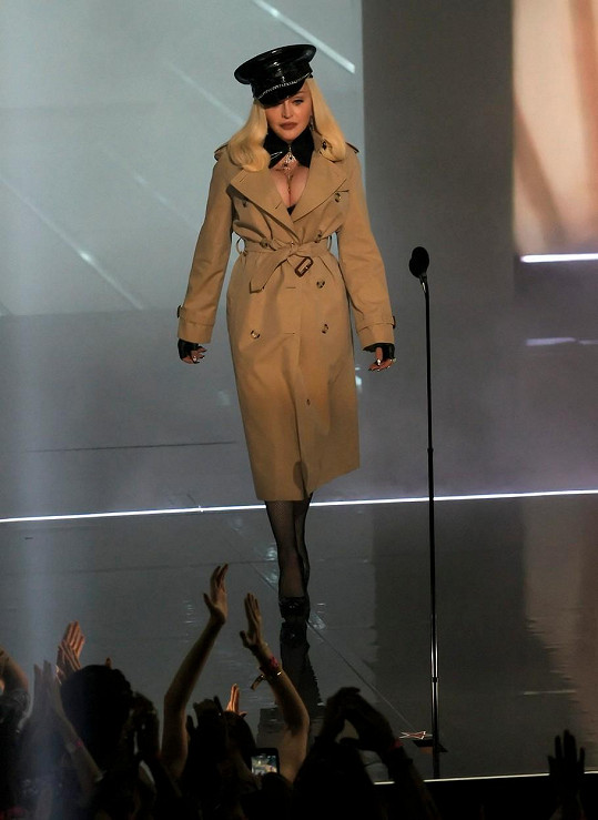 Madonna dorazila na pódium v trenčkotu.