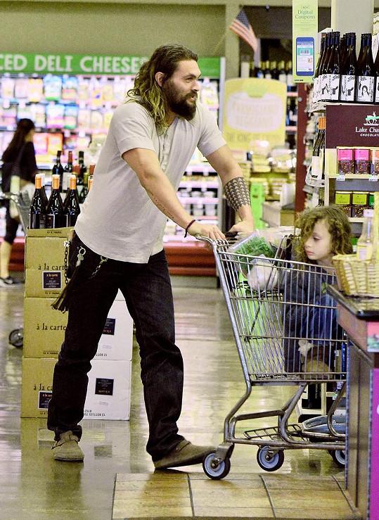 Urostlý herec v supermarketu se synem