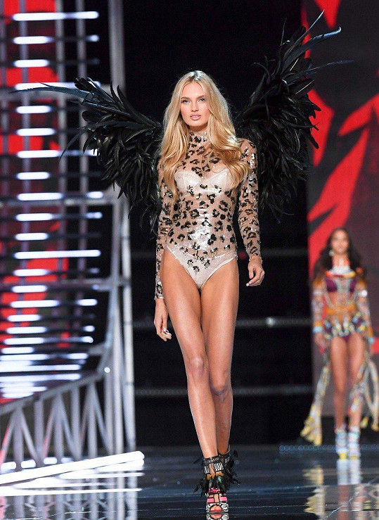 Romee Strijd na VS Fashion Show v Šanghaji. Nejdřív v body s černými křídly...