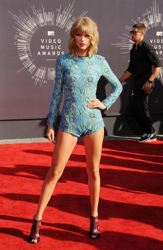 Kombinéza Taylor Swift od Mary Katrantzou je ve všech směrech divná. Navíc mezi vzorem body, který připomínal písmenkovou polévku, a bordó kotníčkovým obutím s otevřenou špičkou není žádná spojistost, díky které by tyto dva prvky korespondovaly.