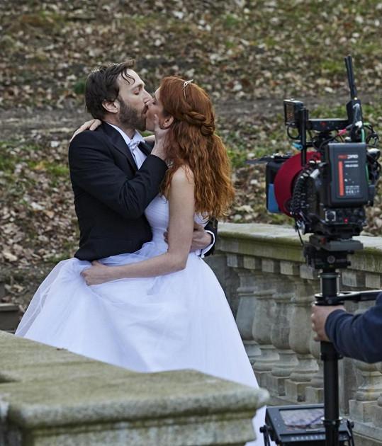 Denisa Nesvačilová a Jan Grundman byli vášniví seriáloví novomanželé.